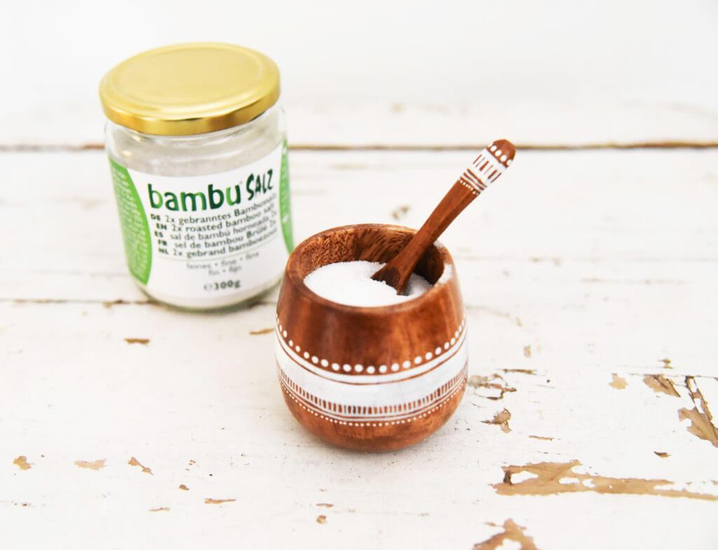 2x gebranntes Bambussalz in einer Schüssel mit Verpackung aus Bambu® Salz