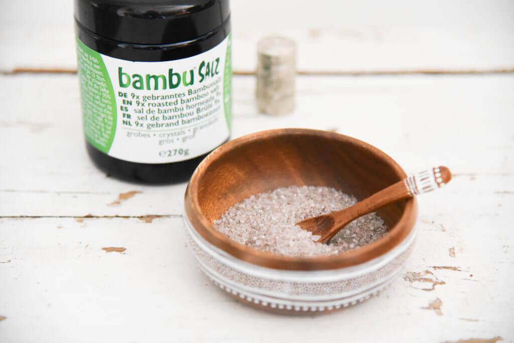 9x gebranntes, grobes Bambussalz in einer Schüssel mit Verpackung aus Bambu® Salz